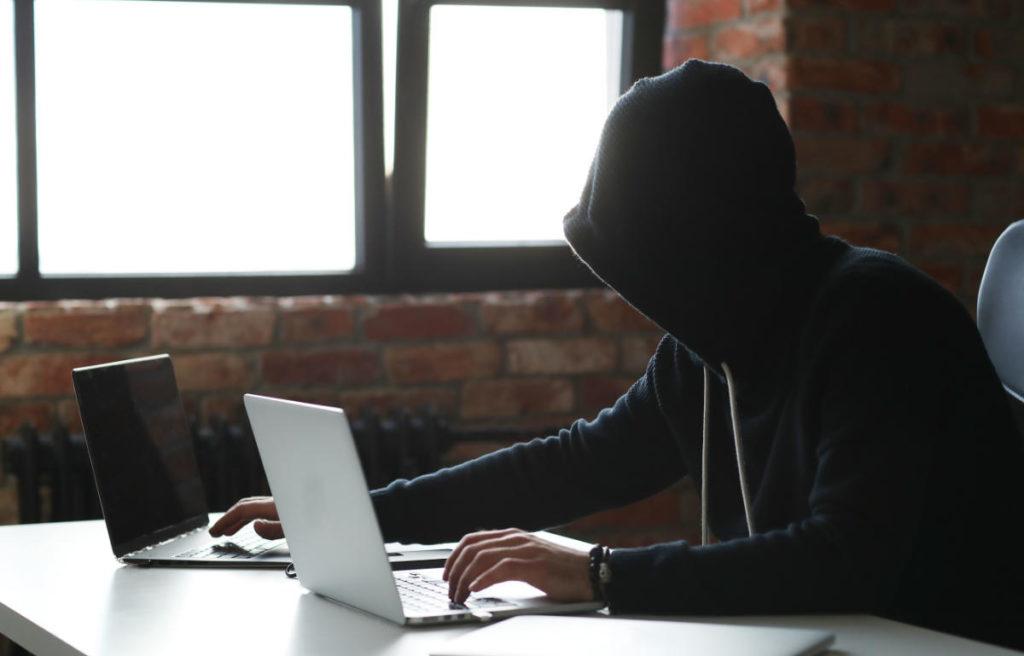 ingegneria sociale hacker con 2 pc
